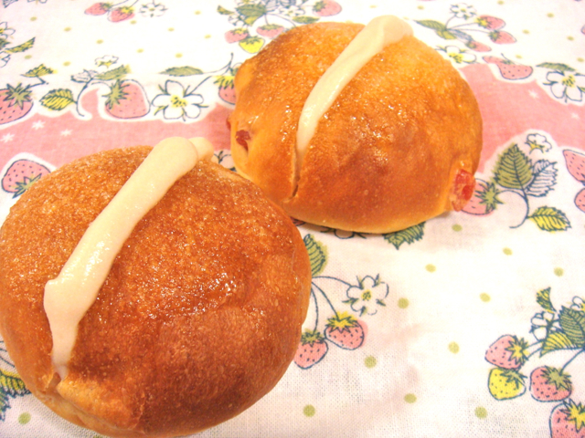 いちごクリームパン